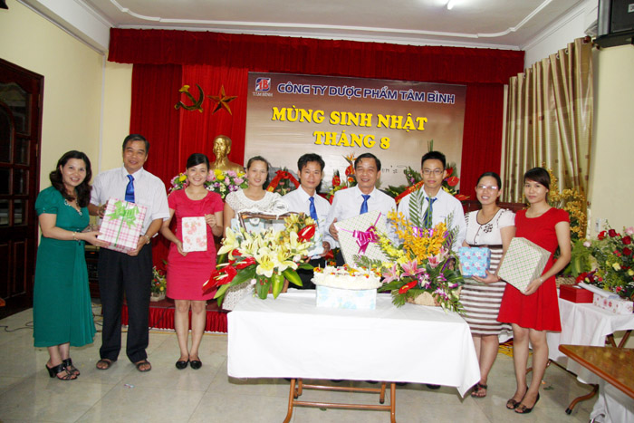 Dược sĩ Lê Thị Bình thay mặt Công ty tặng quà cho các thành viên sinh trong tháng 8