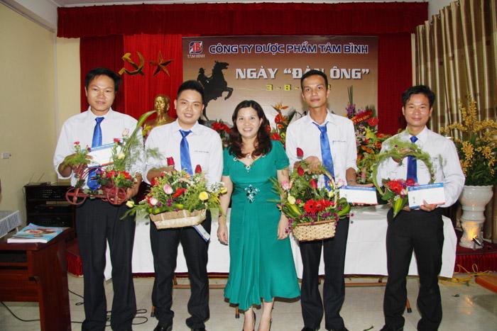 Dược sĩ Lê Thị Bình trao phần thưởng cho những đội thắng cuộc