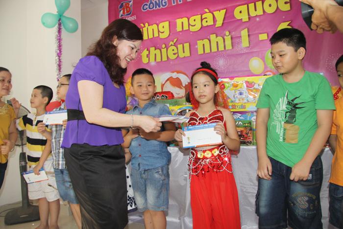 Trao phần thưởng cho các cháu có thành tích học tập tốt trong năm học 2012 - 2013