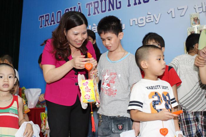Dược sĩ Lê Thị Bình trao quà cho các cháu bị bệnh nặng đang điều trị tại Viện châm cứu TW