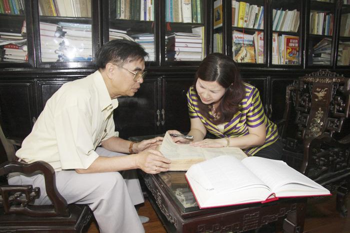 Dược sĩ Lê Thị Bình trao đổi chuyên môn với PGS.TS Nguyễn Huy Oánh