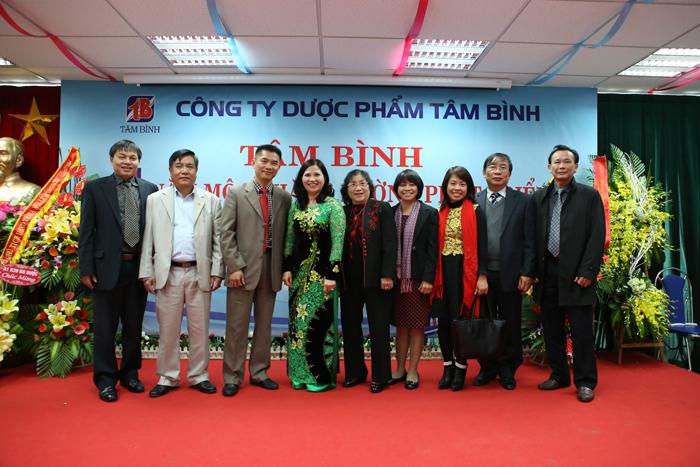 Ban cố vấn chuyên môn chụp ảnh lưu niệm cùng Dược sĩ Lê Thị Bình