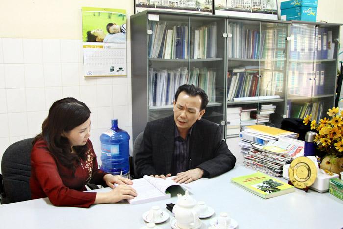 Dược sĩ Lê Thị Bình trao đổi với Thạc sĩ Ngô Quốc Luật - Giám đốc trung tâm nghiên cứu trồng và chế biến cây thuốc - Viện dược liệu