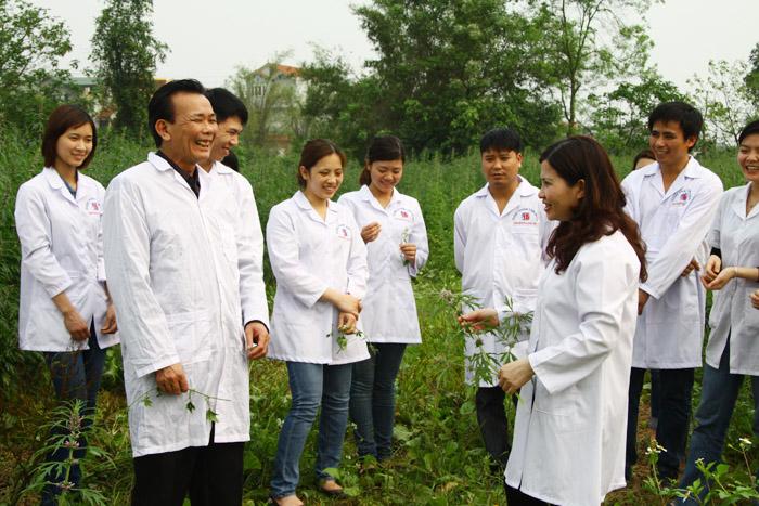 Đoàn cán bộ của Công ty dược phẩm Tâm Bình thăm khu nuôi trồng dược liệu