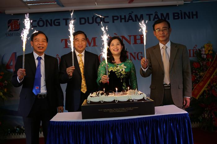 Ban lãnh đạo công ty thổi nến chúc mừng sinh nhật