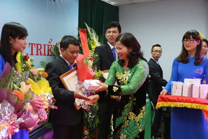 Dược sĩ Lê Thị Bình tặng Iphone 6 cho nhân viên