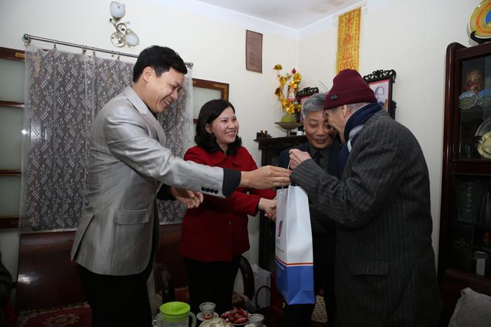 Dược phẩm Tâm Bình thăm và tặng quà các đồng chí lão thành cách mạng