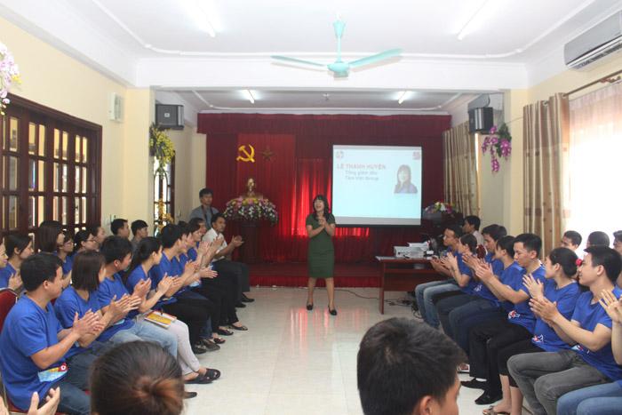 Giảng viên của Trung tâm Tâm Việt chia sẻ về kĩ năng sống và làm việc cho cán bộ công nhân viên Công ty