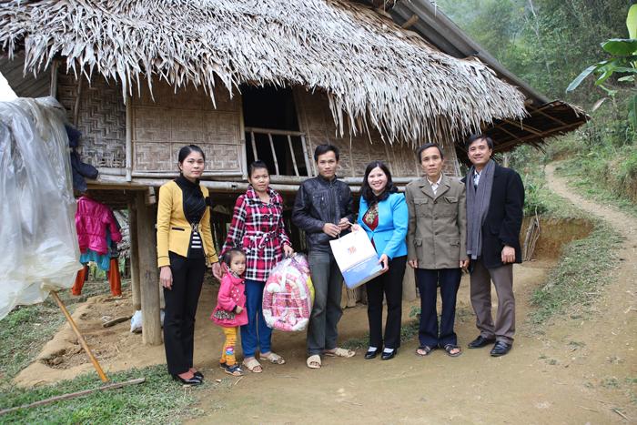 Dược sĩ Lê Thị Bình tặng quà gia đình anh Diễn - Bá Thước - Thanh Hóa