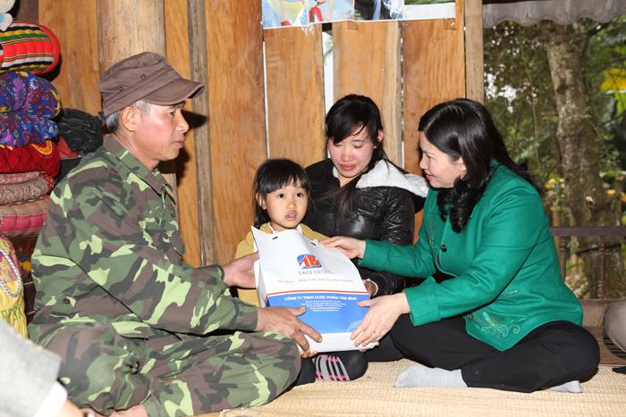 Dược sĩ Lê Thị Bình đến thăm gia đình chị Lương Thị Hà - hoàn cảnh đặc biệt khó khăn