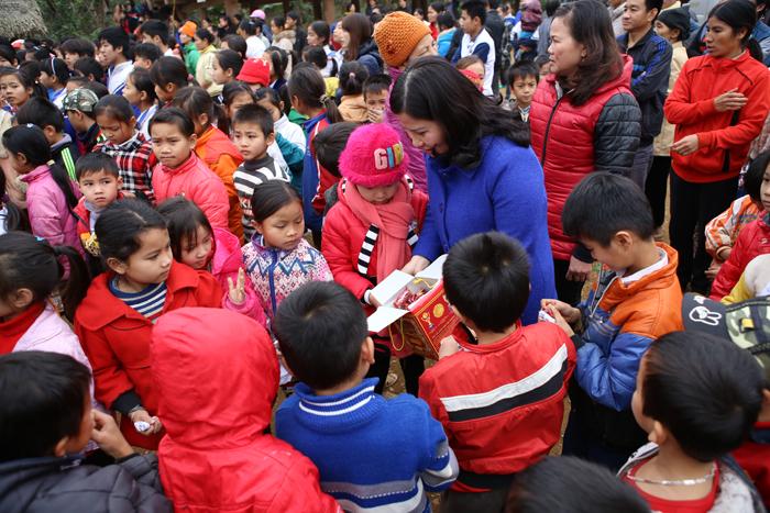 Dược sĩ Lê Thị Bình tặng kẹo cho các cháu bé