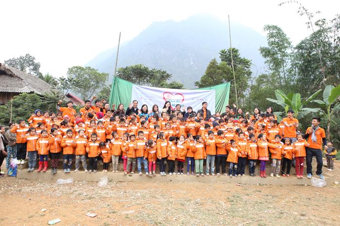 Dược sĩ Lê Thị Bình tặng áo ấm cho các cháu bé