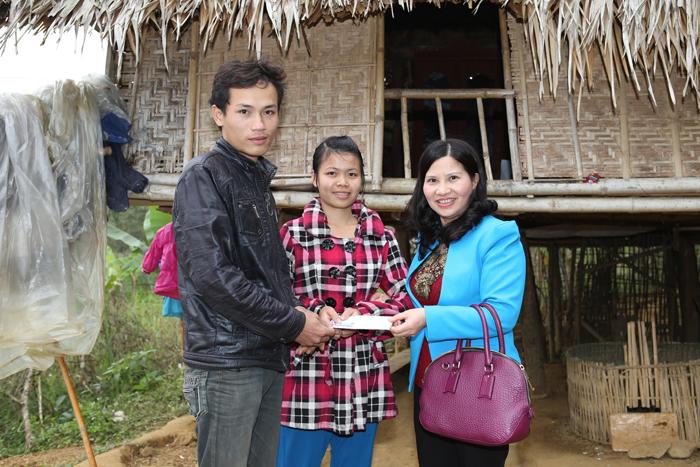 Dược sĩ Lê Thị Bình tặng quà dân tộc nghèo