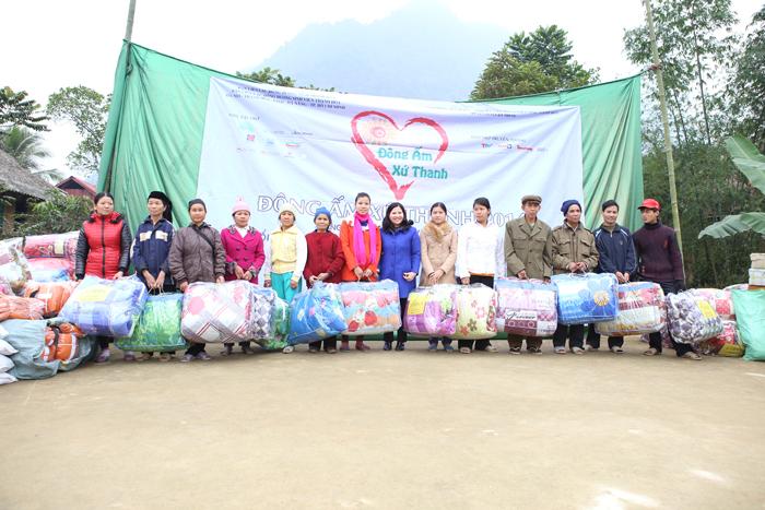 Dược sĩ Lê Thị Bình tặng chăn cho đồng bào nghèo