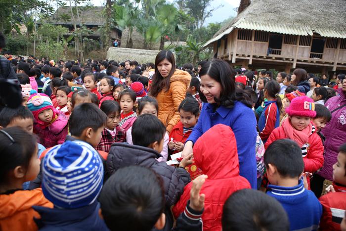Dược sĩ Lê Thị Bình phát kẹo cho các cháu bé