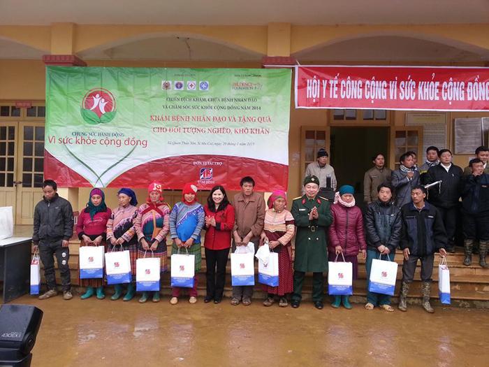 Công ty Dược phẩm Tâm Bình tặng quà cho xã Quan Thần Sán