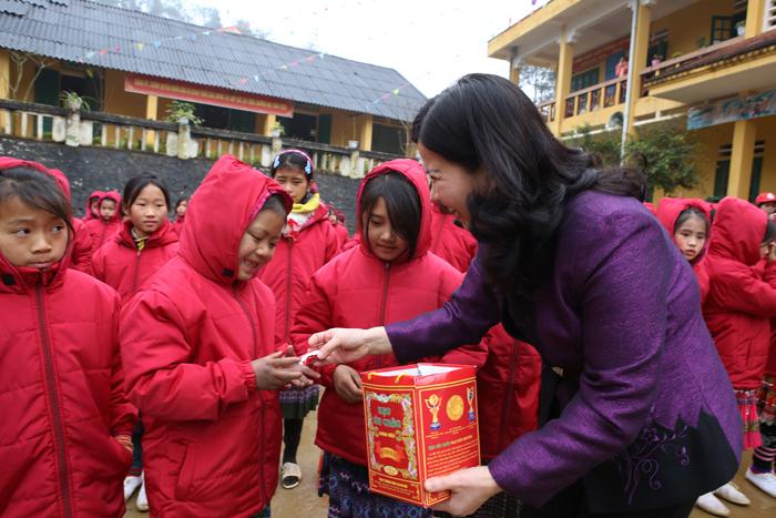 Dược sĩ Lê Thị Bình tặng kẹo cho các cháu