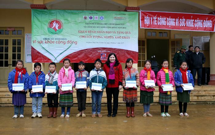 Dược sĩ Lê Thị Bình tặng học bổng