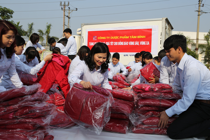 Dược sĩ Lê Thị Bình chuẩn bị quà cho người nghèo