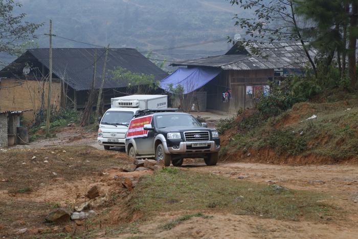 Đoàn cán bộ Tâm Bình vượt qua bao cung đường khó khăn để đến với người dân nghèo