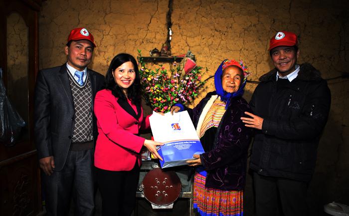 Tặng quà Tết, giúp các gia đình nghèo chuẩn bị đón Tết đủ đầy và ấm áp hơn