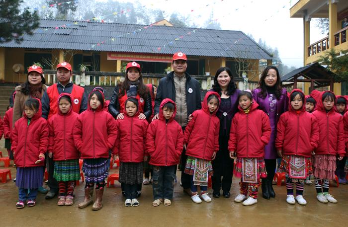 Dược sĩ Lê Thị Bình - TGĐ Công ty Dược phẩm Tâm Bình tặng áo ấm và trao học bổng cho các cháu học sinh dân tộc thiểu số