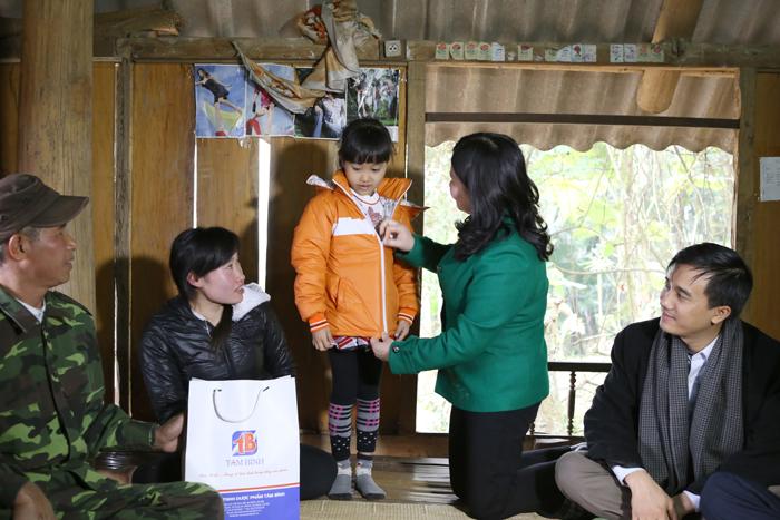 Dược sĩ Lê Thị Bình đến nhà thăn hỏi và tặng quà 2 hộ nghèo túng của xã Cổ Lũng