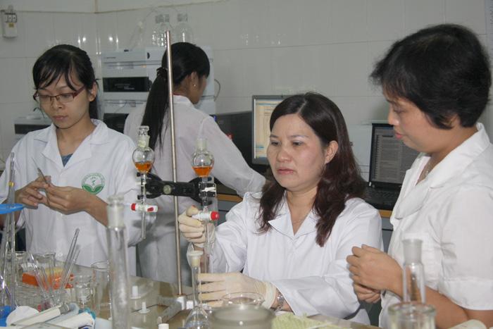 Dược sĩ Lê Thị Bình nghiên cứu sản phẩm mới