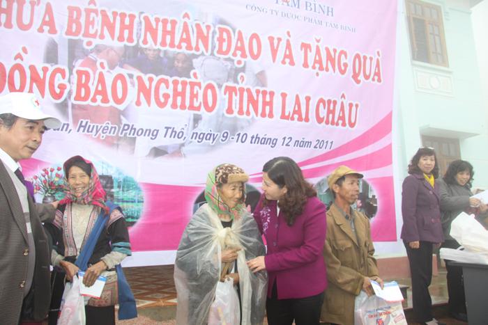 Khám bệnh, phát thuốc cho 500 người tại xã Rào San, huyện Phong Thổ, tỉnh Lai Châu (ngày 12/12/2011)