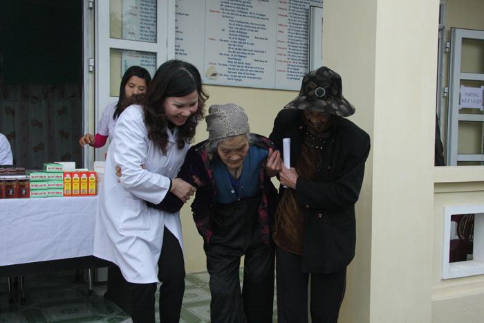 Khám chữa bệnh, phát thuốc miễn phí cho 200 người cao tuổi tại Phú Xuyên, Hà Nội