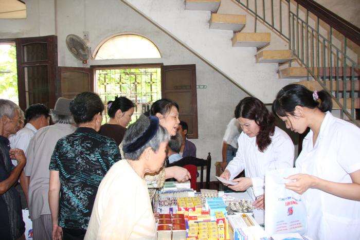 Khám bệnh, phát thuốc cho 200 gia đình chính sách tại phường Lê Hồng Phong, TP. Thái Bình