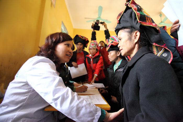 """Trong tháng 12 """"Vì người nghèo"""", Công ty Tâm Bình đã tổ chức đợt khám bệnh, phát thuốc miễn phí, tặng quà Tết và chăn ấm cho 500 đồng bào"""