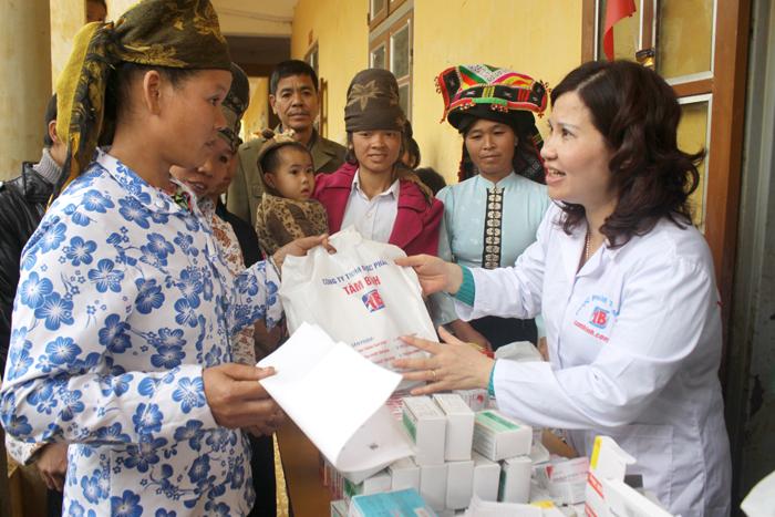 """Trong tháng 12 """"Vì người nghèo"""", Công ty Tâm Bình đã tổ chức đợt khám bệnh, phát thuốc miễn phí, tặng quà Tết và chăn ấm cho 500 đồng bào dân tộc tại 8 bản của xã Chiềng Ly, huyện Thuận Châu, Sơn La (tháng 12/2012), tổng kinh phí cho đợt khám là 80 triệu đồng"""