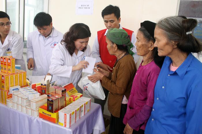 Khám chữa bệnh, phát thuốc cho 250 cụ già trên 80 tuổi tại xã Quảng Thái, huyện Quảng Xương, tỉnh Thanh Hóa