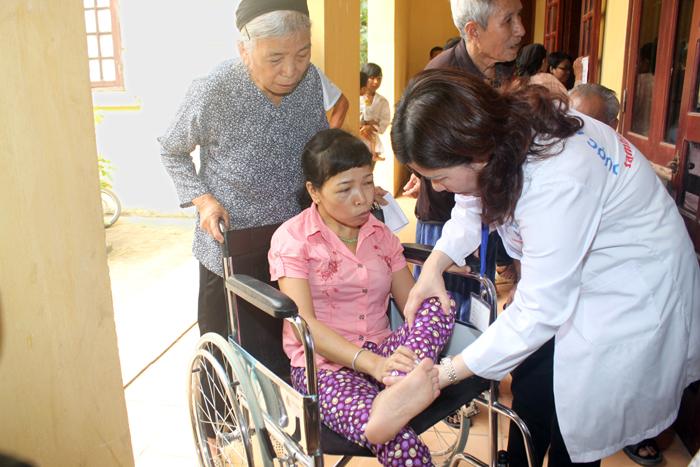 Khám bệnh, phát thuốc cho 250 người khuyết tật tại xã Hướng Đạo, huyện Tam Dương, tỉnh Vĩnh Phúc (tháng 2/2013)