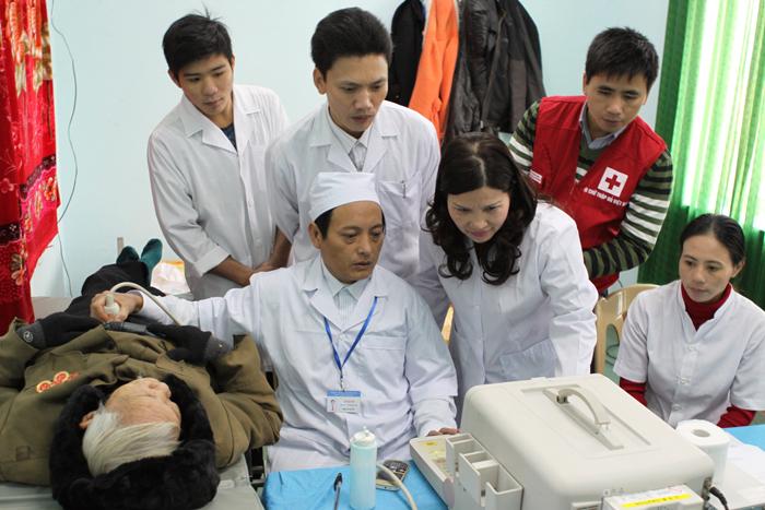 Khám chữa bệnh, tặng quà Tết cho 500 người dân vùng lũ lụt ở huyện Nam Hóa, Quảng Bình (tháng 12/2013)