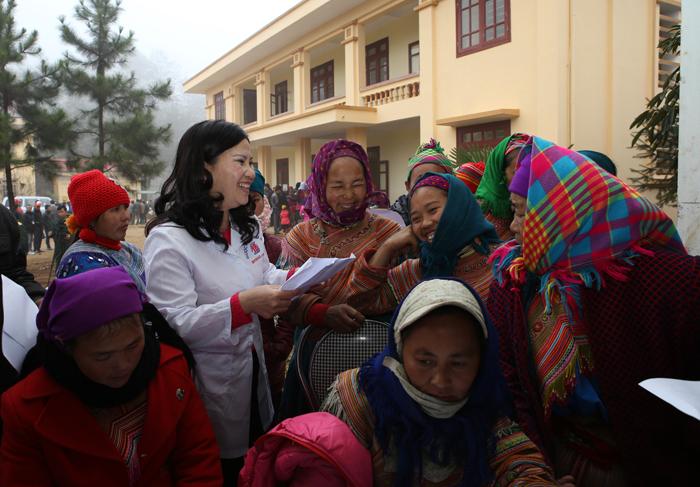 Khám bệnh phát thuốc cho 500 đồng bào dân tộc thiểu số ở 2 xã Quan Thần Sán và Cán Hồ, huyện Si Ma Cai, tỉnh Lào Cai (12/2014)