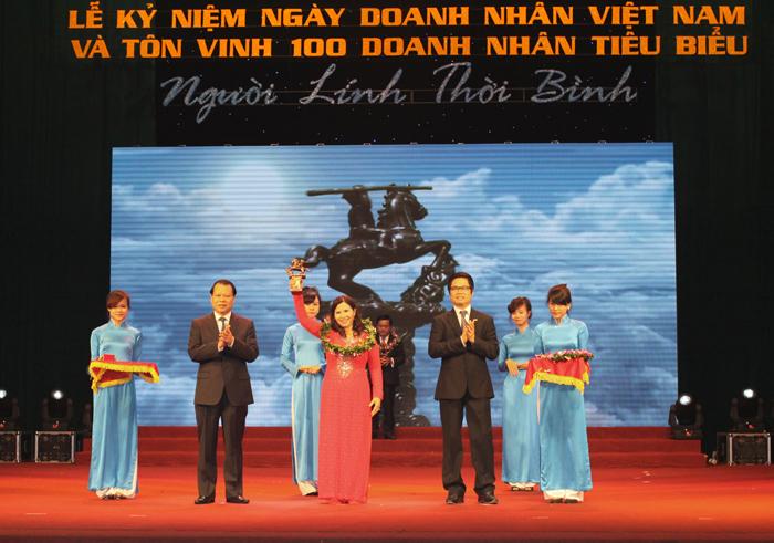 TGĐ Lê Thị Bình nhận Cúp Thánh Gióng tôn vinh 100 doanh nhân Việt Nam tiêu biểu toàn quốc