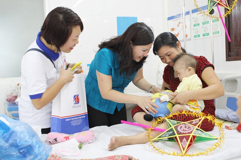 Dược sĩ Bình rất quan tâm đến các trường hợp bệnh nhi có hoàn cảnh khó khăn