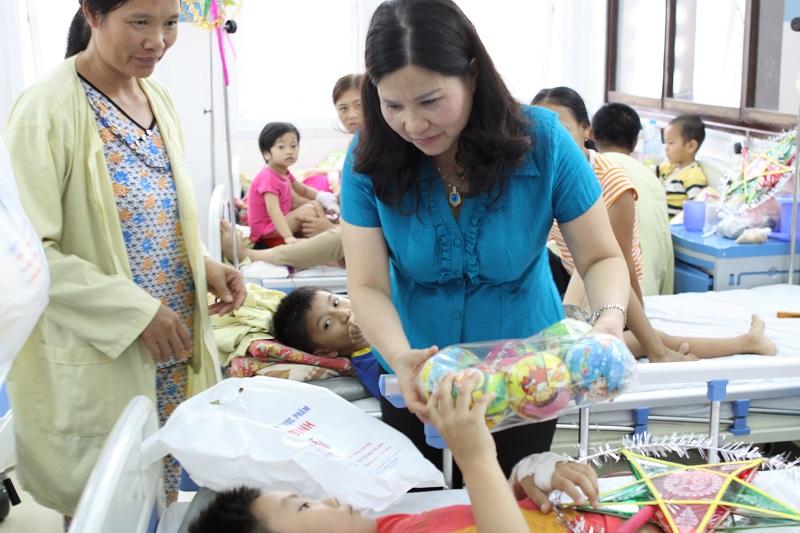 Gia đình bệnh nhi vô cùng cảm kích trước tấm lòng hảo tâm của công ty Tâm Bình và các Nhà tài trợ