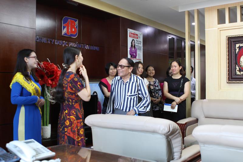 CBNV Công ty Tâm Bình dẫn khách mời đi thăm quan văn phòng làm việc của Công ty