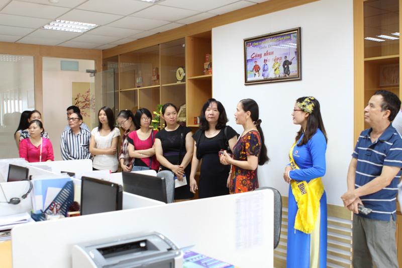 Các vị khách mời tỏ ra ngỡ ngàng và thán phục trước sự đầu tư về cơ sở vật chất và quy mô bài bản của Công ty Tâm Bình