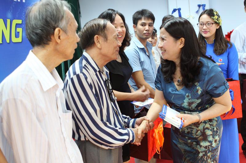 TGĐ Lê Thị Bình tặng quà cho các Nhà thuốc tiêu biểu