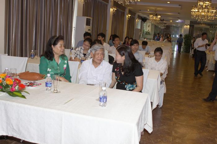Dược sĩ - Doanh nhân Lê Thị Bình hỏi thăm sức khỏe Nguyên Tổng Bí Thư Lê Khả Phiêu