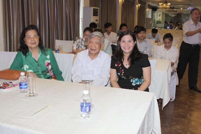 Dược sĩ - Doanh nhân Lê Thị Bình chụp ảnh lưu niệm cùng Nguyên Tổng Bí Thư