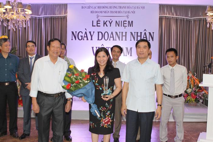Dược sĩ - Doanh nhân Lê Thị Bình nhận kỷ niệm chương và hoa từ ban tổ chức