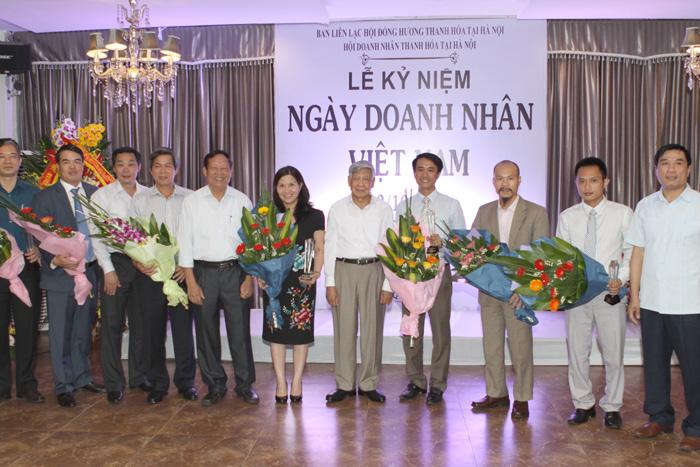 Đoàn Doanh nhân xứ thanh chụp ảnh lưu niệm cùng Nguyên Tổng Bí Thư Lê Khả Phiêu