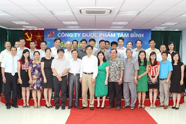 Dược sĩ Bình chụp ảnh lưu niệm với các Tổng biên tập báo chí