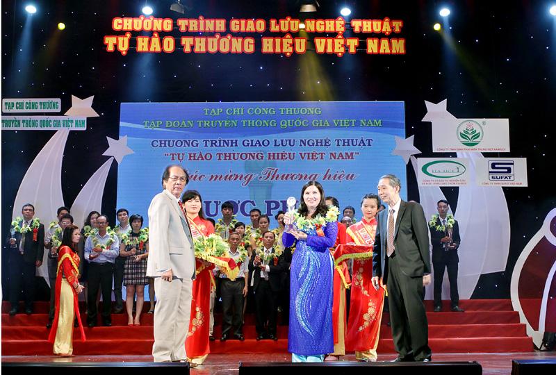 Tổng Giám đốc Lê Thị Bình cùng đại diện các doanh nghiệp tiêu biểu trong sự kiện