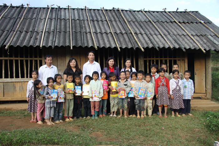 Dược sĩ Lê Thị Bình tặng quà cho HS trường Tiểu học Miền đồi thuộc huyện Lạc Sơn nghèo nhất tỉnh Hòa Bình